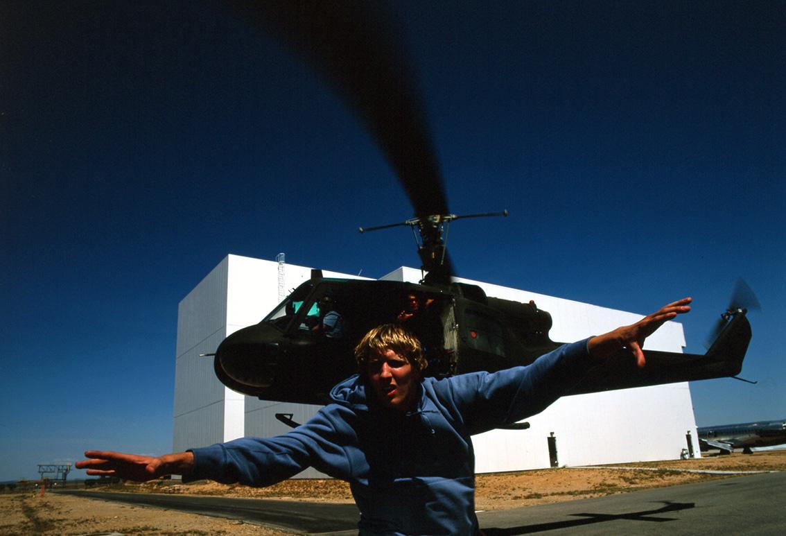 nike, mand løber fra helikopter 3